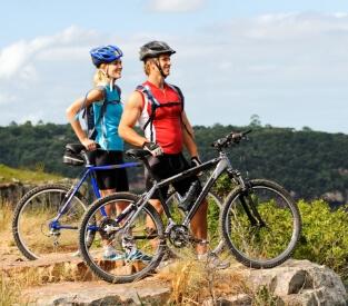 Mann und Frau stehen hinter Haibike SEET-HardSeven- und -HardNine-Bikes